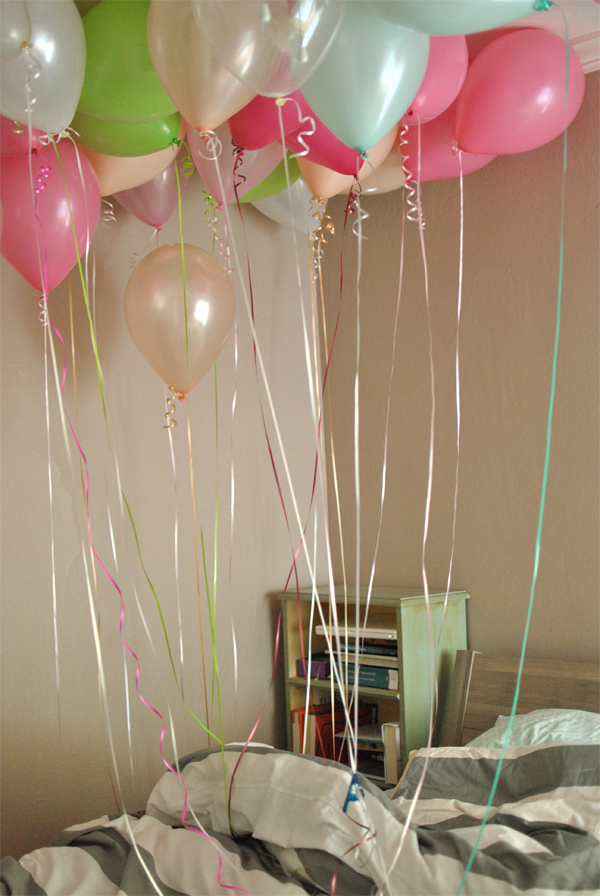 balloons in bed